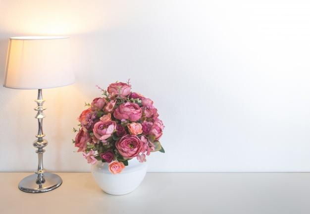 bordlampe-og-en-blomst